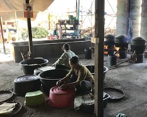 nourriture des éléphants dans le sanctuaire en Thaïlande